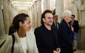 Bono critica separación de familias en EU