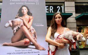 Protesta Sofía Sisniega frente a tienda contra la crueldad animal